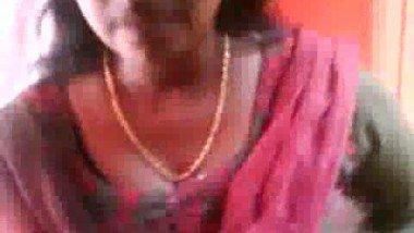 Indian Aunty Anju Showing Boobs