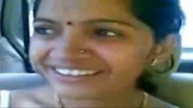 Desi bhabhi in saree exposing boobs in car